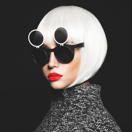 Photo pour Fashion studio photo of stylish lady in sunglasses - image libre de droit