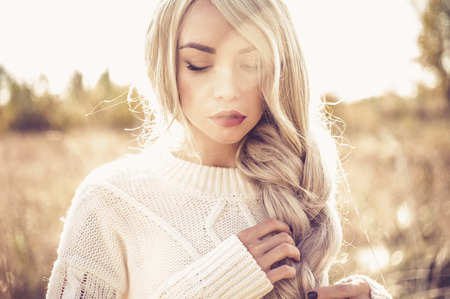 Foto de Outdoor atmospheric fashion photo of young beautiful lady in autumn landscape - Imagen libre de derechos