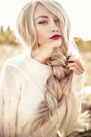 Photo pour Outdoor atmospheric fashion photo of young beautiful lady in autumn landscape - image libre de droit
