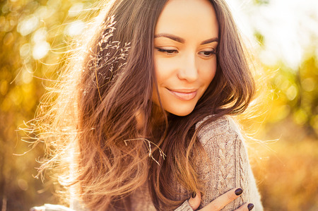 Photo pour Outdoor atmospheric lifestyle photo of young beautiful lady. Brown hair and eyes. Warm autumn. Warm spring - image libre de droit