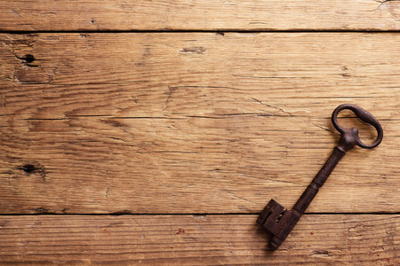 Foto de Old key on a wooden background - Imagen libre de derechos