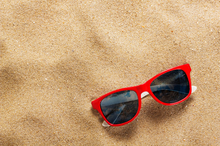 Photo pour sunglasses in the sand at the beach - image libre de droit