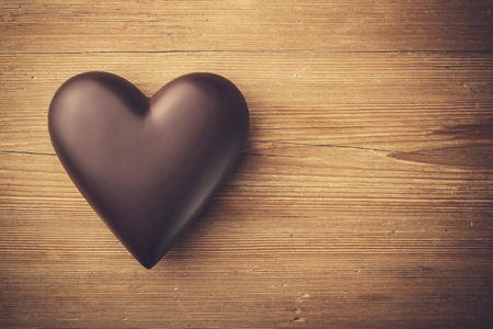 Photo pour Chocolate heart on wooden background - image libre de droit