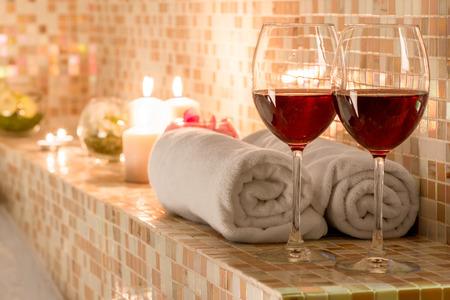 Foto de romantic decoration in the bathroom for loving couples - Imagen libre de derechos