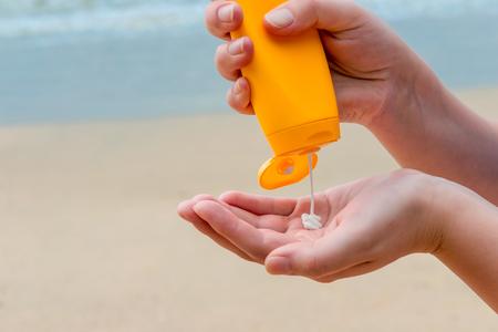 Photo pour close-up of women's hands with sunscreen - image libre de droit