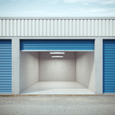 Photo pour Empty storage unit with opened door - image libre de droit