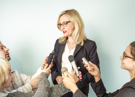 Photo pour Woman Public Speaker and Girls Journalists, Hands of Reporters With TV Microphones and Voice Recorder. Press Conference, Breaking News, Mass Media, Journalism, Interview Concept. - image libre de droit
