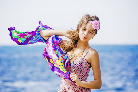 Photo pour Funny young girl in a dress against the sky and the sea - image libre de droit