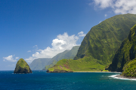 Foto de The world tallest sea cliffs of Molokai in a blue sky bright day light. - Imagen libre de derechos