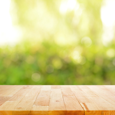 Photo pour Wood table top on bokeh green abstract background - image libre de droit