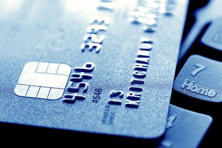 Photo pour Close up of credit card on computer keyboard - image libre de droit