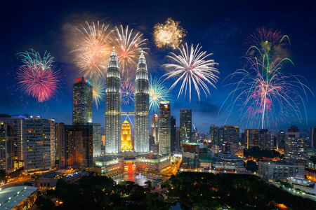 Photo pour Firework over kuala lumpur city, Malaysia skyline - image libre de droit