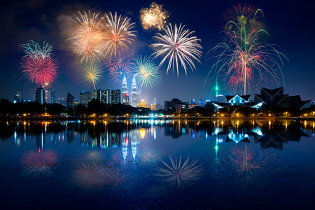 Photo pour Night view of kuala lumpur city with fireworks and reflection in water - image libre de droit