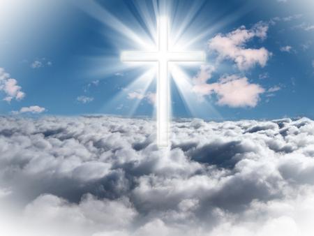 Foto de A cross in the sky with light rays on a bright sunny day. - Imagen libre de derechos