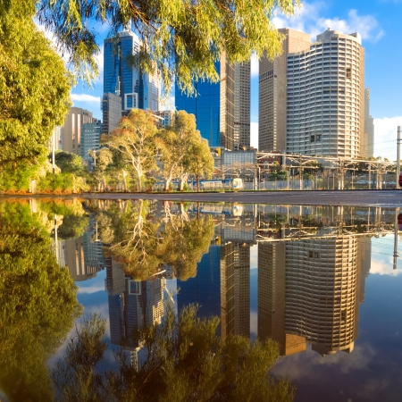 Foto de melbourne city buildings reflected in a puddle - Imagen libre de derechos