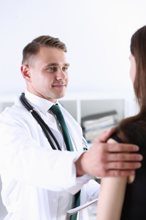 Foto de Handsome friendly male doctor talk with thankful - Imagen libre de derechos