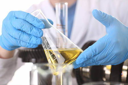 Photo pour Male hands in protective gloves hold test tube - image libre de droit