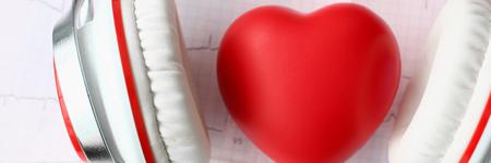Foto de Red toy heart an heaphones on paper cardiogram - Imagen libre de derechos