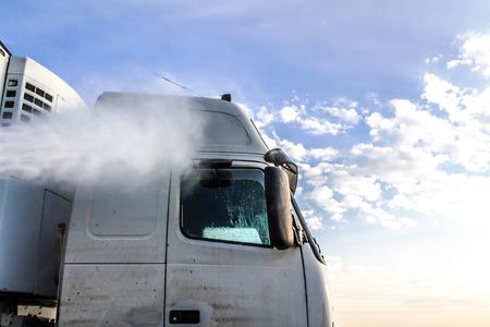 Photo pour Truck washing in the open air - image libre de droit