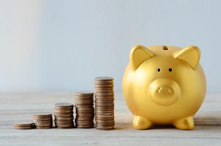 Foto de Saving plan with Gold Piggy bank - Imagen libre de derechos