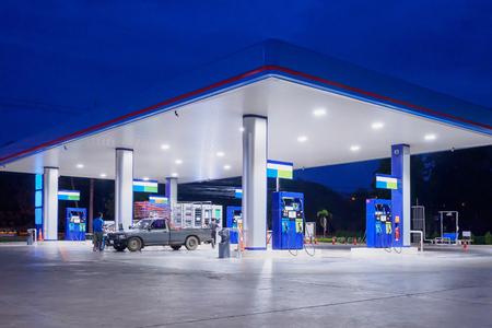 Photo pour Gas station at night time - image libre de droit