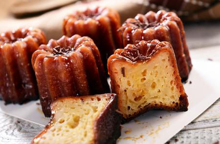 Photo pour Caneles de bordeaux - traditional French sweet dessert - image libre de droit