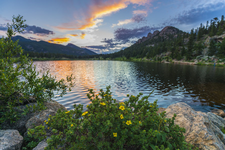 Photo pour Beautiful sunset sky over Lily Lake - Rocky Mountain National Park Colorado - image libre de droit