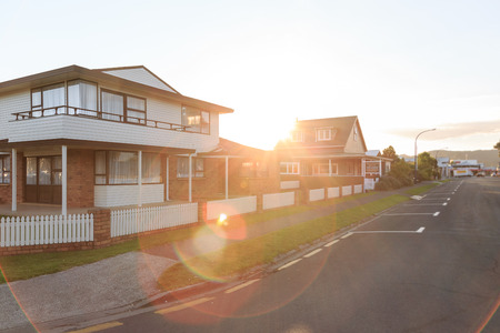Photo pour Sunset over family homes in a suburban area in Whitianga, New Zealand - image libre de droit