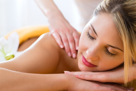 Photo pour Wellness - woman receiving body or back massage in spa - image libre de droit
