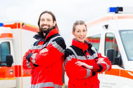 Foto de Emergency doctor and nurse standing in front of ambulance  - Imagen libre de derechos