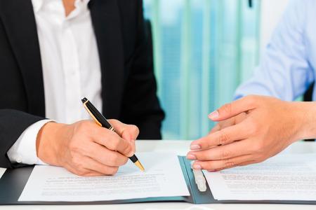 Photo pour business people sign agreement - image libre de droit