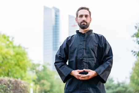 Foto de Man meditating doing martial arts in city - Imagen libre de derechos