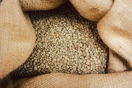 Foto de Bag of raw coffee beans ready to be roasted - Imagen libre de derechos