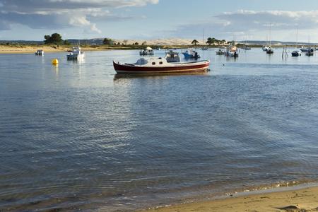 Photo pour Boats docked at the Dune of Pyla - image libre de droit