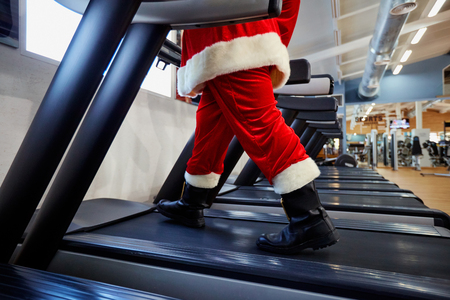 Foto per Santa Claus in the gym doing exercises. - Immagine Royalty Free