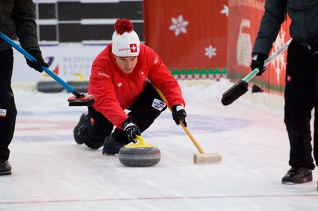 Photo pour MOSCOW - JANUARY 17, 2016: Simon Gempeler in action on Russian Curling Champions Tour Moscow Classic 2016 on January 17, in Moscow, Russia, 2016 - image libre de droit