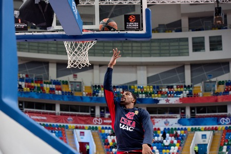 Photo pour MOSCOW, RUSSIA - JANUARY 27, 2017: Kile Hines (42) training  just before basketball game CSKA vs Anadolu Efes on Regular championship of Euroleague on January 27, 2017, in Moscow, Russia. CSKA won 80:77 - image libre de droit