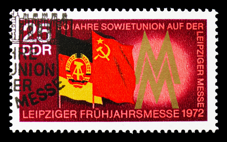 Foto de MOSCOW, RUSSIA - SEPTEMBER 15, 2018: A stamp printed in DDR (Germany) shows Flags of the GDR and USSR, Leipzig Spring Fair serie, circa 1972 - Imagen libre de derechos