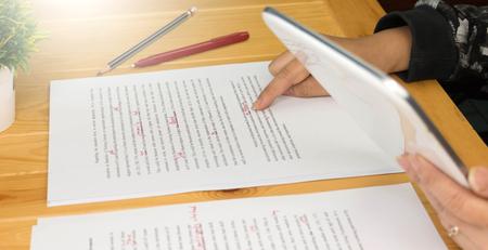 Foto de Hand working on paper for proofreading - Imagen libre de derechos