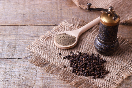 Photo pour Black pepper corns and Black pepper Powder on wooden background - image libre de droit