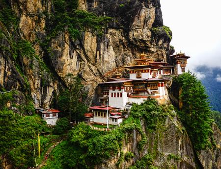 Foto de Paro Taktsang (Tiger Nest) at summer day in Upper Paro Valley, Bhutan. Taktsang Lhakhang is Bhutan most iconic landmark and religious site. - Imagen libre de derechos