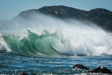 Photo pour Big waves on South China Sea with mountain background in Khanh Hoa, Vietnam. - image libre de droit