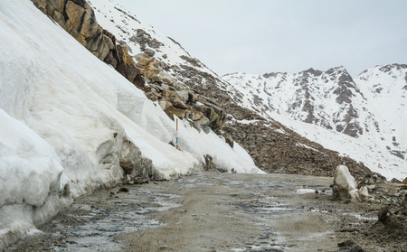 Foto de Dangerous snow road in Ladakh, India. Ladakh is the highest plateau in state of Jammu & Kashmir with much of it being over 3000m. - Imagen libre de derechos