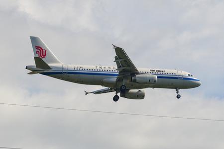 Photo pour Phuket, Thailand - Apr 4, 2019. An Airbus A320 airplane of Air China (B-6745) landing at Phuket Airport (HKT). - image libre de droit