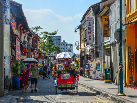Photo pour George Town, Malaysia - Apr 3, 2019. Old street in George Town, Malaysia. Established in 1786, the Town was the first British settlement in Southeast Asia. - image libre de droit