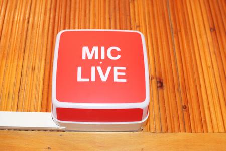 Foto de mic live sign in radio studio - Imagen libre de derechos