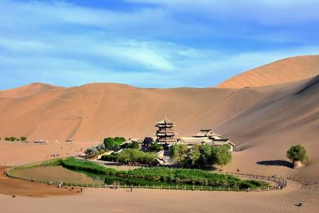 Foto de Crescent lake in Mingsha Shan (Echo Sand Mountain) near Dunhuang city, Gansu province, China. - Imagen libre de derechos