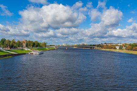 Photo pour Volga river near Tver, Russia. The old Volga bridge on the horizon. Pleasure passenger boats at the pier. Picturesque river landscape. Sunny autumn day. - image libre de droit