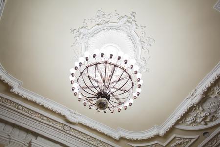 Foto de Chandelier on the old building. A large room or hall. - Imagen libre de derechos