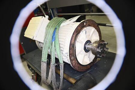 Photo pour Large engine and metal flange on shaft. - image libre de droit